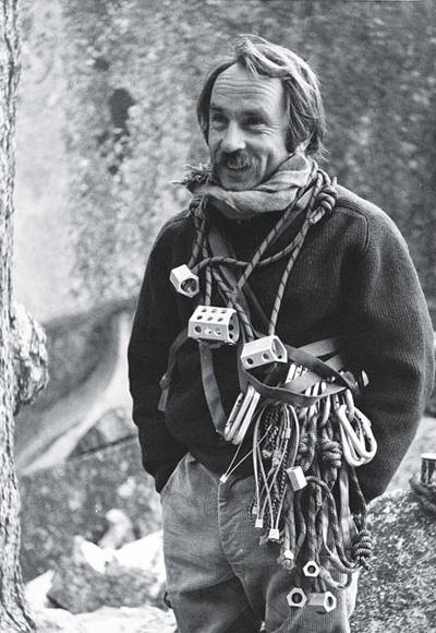 Yvon Chouinard con equipamiento para escalada de roca. Fotografía tomada por Tom Frost.