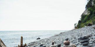 Con la llegada del verano, crece la incidencia de una peligrosa tendencia que está destruyendo el medio ambiente e inunda las redes sociales: el apilamiento de piedras. Y aunque en algunas culturas esto puede tener una connotación espiritual, la realidad es que para el medio ambiente, puede acabar con la biodiversidad de algunas zonas naturales protegidas.