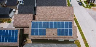 El 79% de la población española sólo produce un 3% de la energía que consume, según un informe elaborado por la Fundación Renovables y Otovo. Una alternativa para reducir la huella de carbono es el autoconsumo fotovoltaico: crear la energía de tu vivienda a través de paneles solares. Ésta tiene muchas ventajas. Para empezar, la energía que usarás será renovable. Por otro lado, las administraciones públicas ofrecen bonificaciones fiscales.