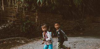 Según el Índice de Riesgo Climático de la Infancia de UNICEF, 1.000 millones de niños viven expuestos a las consecuencias de la Crisis Climática, representando casi la mitad de todos los niños y niñas que habitan hoy en el planeta. El cambio climático nos afecta a todos, pero los niños podrían verse más expuestos. Principalmente si en el país donde viven no se dan las condiciones básicas de saneamiento y no tienen acceso a agua potable.