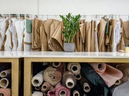 EasyJet, anunció que su tripulación usaría uniformes sostenibles. La empresa británica low cost, reveló que su tripulación de cabina y los pilotos se vestirán con uniformes hechos a base de botellas de plástico recicladas. Por otro lado, Ferrocarrils de la Generalitat de Catalunya (FGC), implementó un sistema de reutilización y reciclaje de antiguos uniformes.